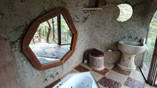 Wollemi Wilderness Retreat: The Enchanted Cave spa bath and toilet
