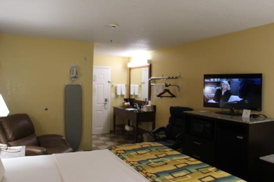 Douglas Inn & Suites: King Bed Room