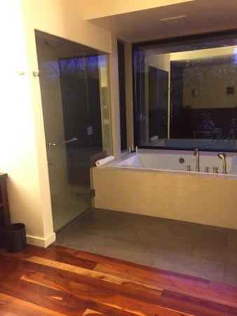 Bardessono: Nice tub but shower needs better flow!