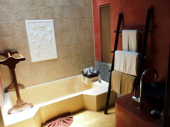 The Village Resort and Spa: The fabulous bathroom -- also has a huge shower