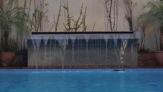 The Oasis Paco Park Hotel: The pool and cascading water feature