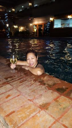 The Oasis Paco Park Hotel: Enjoying the pool with a glass of wine from the bar