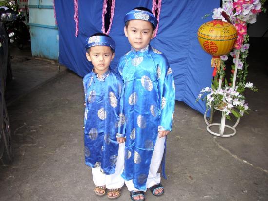Le Saïgon: Enfants vietnamiens en habits de fête