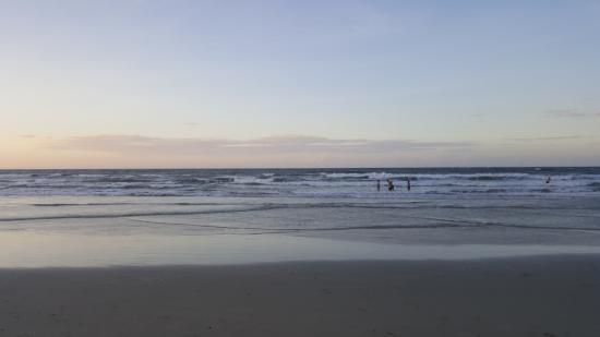 Nexus Resort & Spa Karambunai: 바닷가 한참걸러가도 무릎까지다 파도는 쌤