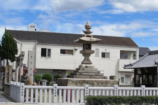 Fuchu, Japonia: 石灯籠、向かいの道路側から