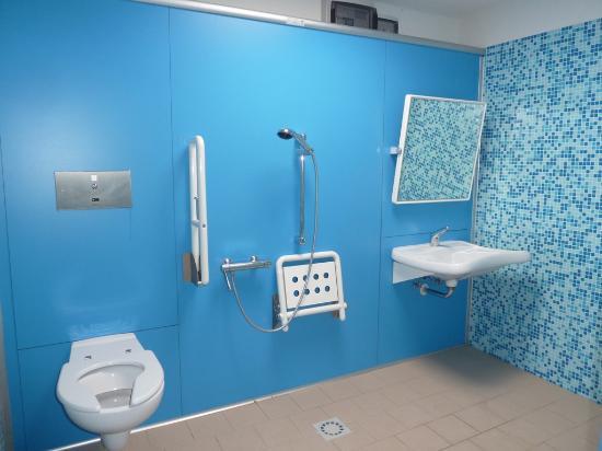 Zona campeggio gruppo bagni 5 wc alla turca bild von numanablu