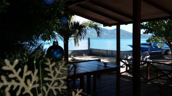 Bunaken Beach Resort: Christmas tree next to the reception and bar area with beautiful view of mountains