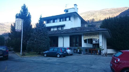 Hotel Saint Pierre: Hotel e parcheggio esterno