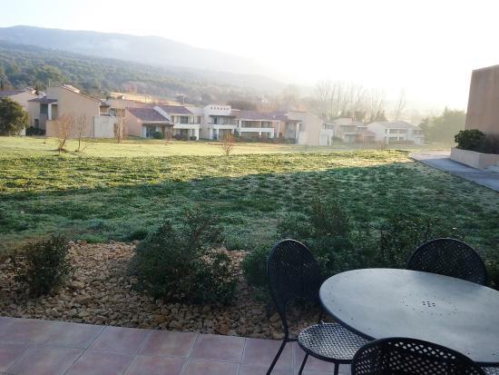 Saumane-de-Vaucluse, Γαλλία: Vu de la porte fenêtre de la salle à manger