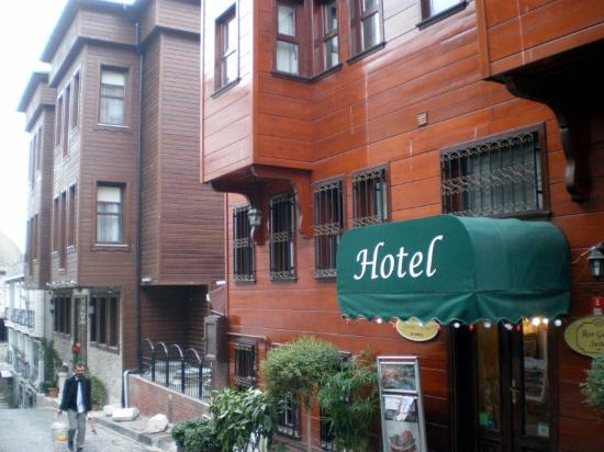 Rose Garden Suites Istanbul: Rose Garden Hotel Streetview
