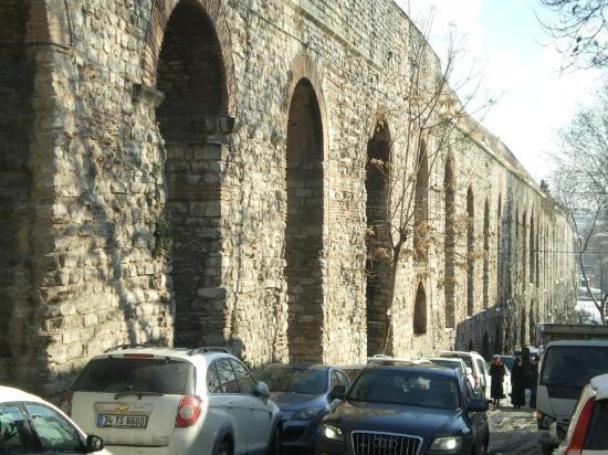 römisches Aquädukt - Picture of Valens Aqueduct (Bozdogan ...