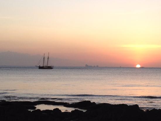 Narima Bungalow Resort: coucher du soleil depuis la plage privée