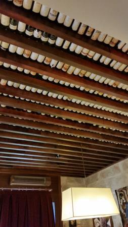 Su bonito techo de botellas fotograf a de taberna del - Corcho proyectado opiniones ...