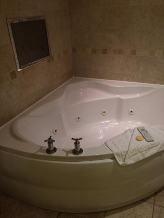 Guy's Thatched Hamlet: Spa bath with TV