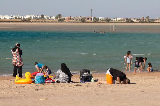 Jaz Dahabeya: На противоположном берегу залива приезжают местные купаться