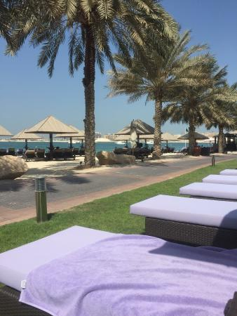 Westin Dubai Mina Seyahi Beach Resort & Marina: Pool side view of the beach