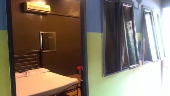 Akinabalu Youth Hostel: 窓は廊下に面しています