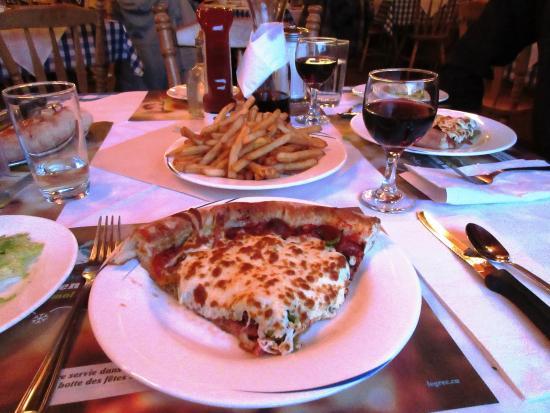 Pizza toute garnie frites et salade du chef restaurant
