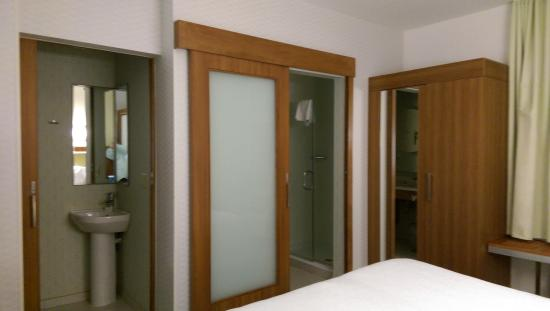 SpringHill Suites by Marriott Macon: closet and bathroom