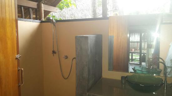 Nautilus Resort: Indoor/outdoor bathroom in beach front bungalow