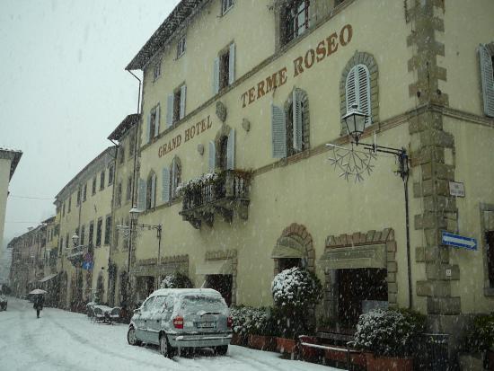 grand hotel terme roseo hotel sotto un bella nevicata
