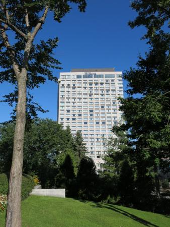 Hilton Quebec: Hilton from park