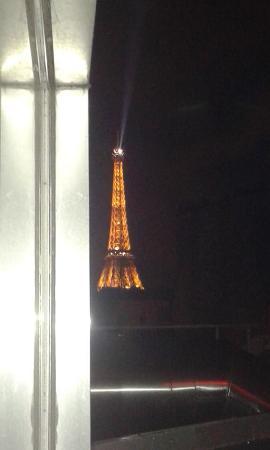 Ibis Tour Eiffel Cambronne: Vista noturna da Torre