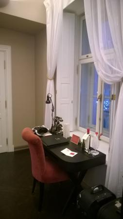 Hotel Telegraaf: Old fashioned writing desk with working antique phone