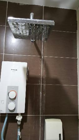 Sky Star Hotel klia klia2: Shower dirty and only a few drops