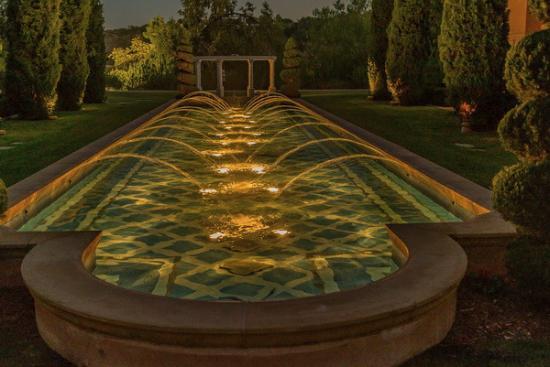 Fairmont Grand Del Mar: Fountain in rear of hotel