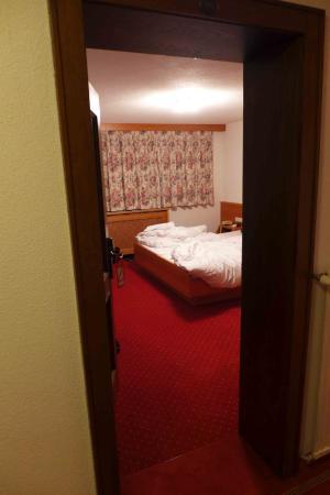 Hotel Garni Mössmer: Blick vom Flur aufs Bett