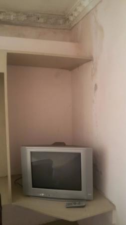 Hotel Gurupriya: Seepage in Room