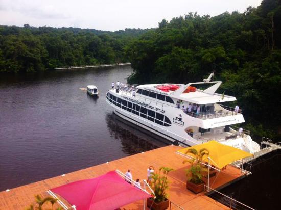 Amazon Jungle Palace: Frente do hotel com vista para o Rio Negro