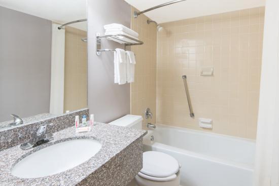 Super 8 Hamburg: Bathroom 1
