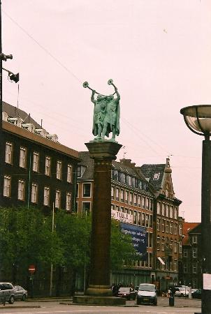 Radhuspladsen: Викинги, дующие в луры