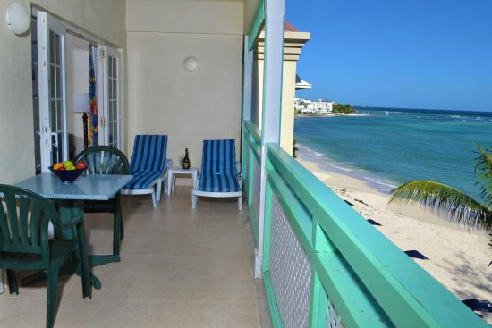 Coral Mist Beach Hotel: 1 Bedroom Suite Patio & Beach