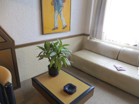 Suites Real 85: sala de estar na suíte