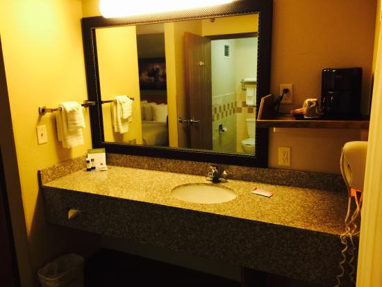 Pampa, TX: Large Vanity Area!
