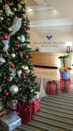 Grand Pacific Palisades Resort and Hotel: Lobby decorated for the holidays!