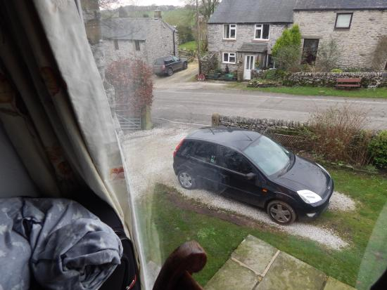 Ashford-in-the-Water, UK: Make sure to park on the gravel