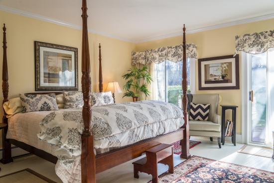 Brewster By The Sea: King Bedroom in Farmhouse with Garden views