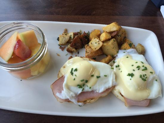 Port Moody, Canadá: Classic Benny with only about 10 pieces of potatoes for $17