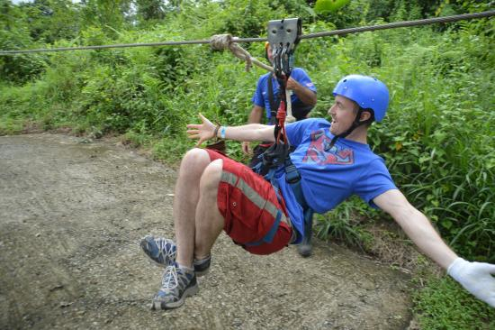 Arenal Mundo Aventura : Its pretty cool how they stop you on some of them with the pully system