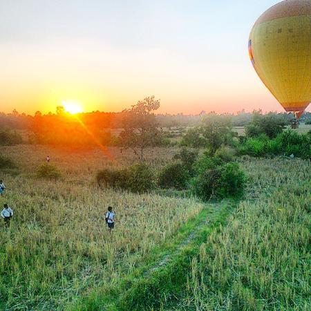 Royal Angkor Resort & Spa: hot air balloon organised by reception