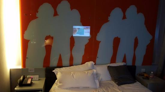 โรงแรมเร: Hotel Room (Orange Theme) on 10th Floor