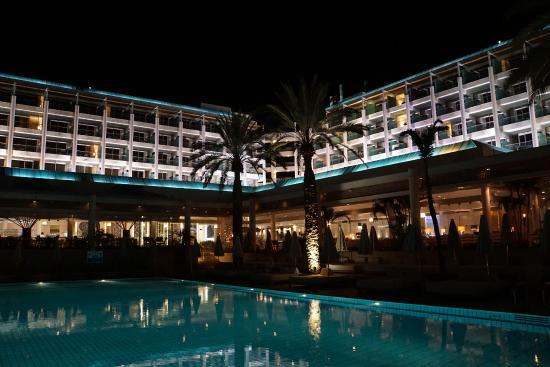 Isrotel Yam Suf Hotel: night view of hotel
