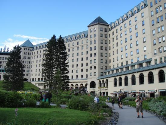 Fairmont Chateau Lake Louise: ここから湖へ