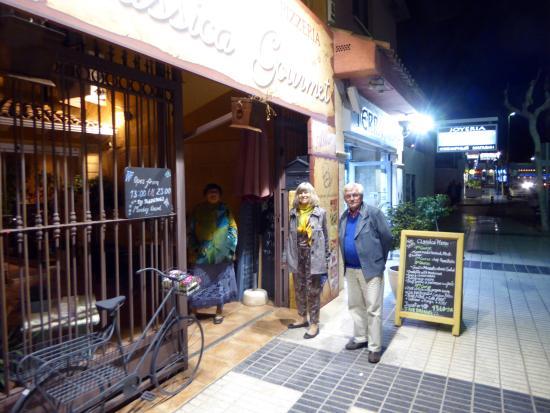 Restaurante Classica Gourmet: Entrén mot huvudgatan