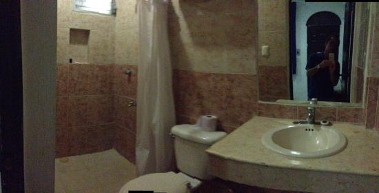 Hotel Embajadores: bathroom