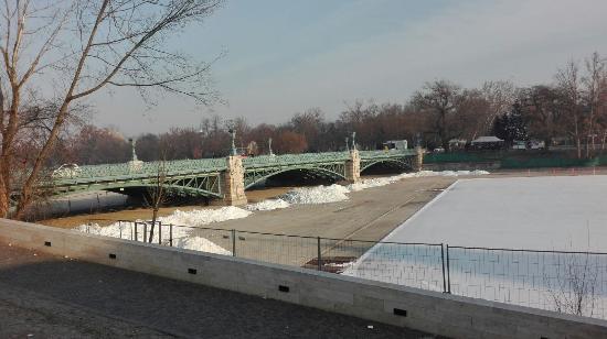 Budapest Plage: Brücke hinter dem Platz
